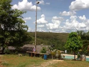 O retiro é localizado num paraíso verde, com montes e arvoredos e águas brotando no solo.